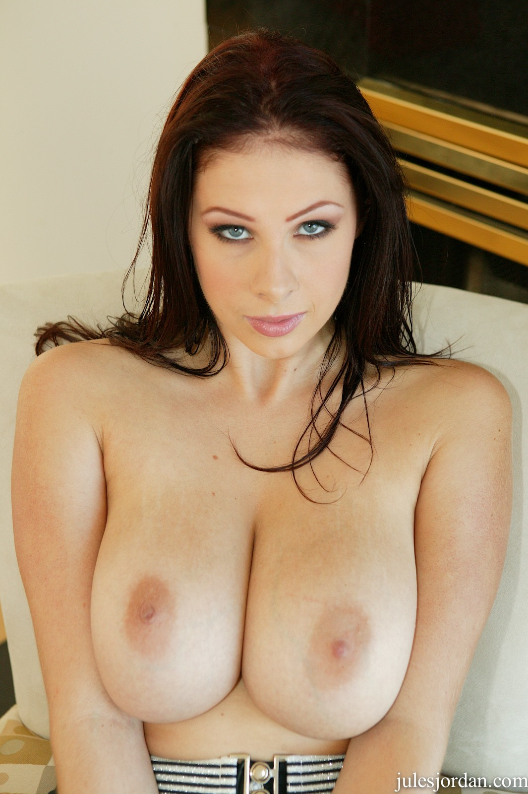 Gianna Michaels покоряет мужчин сексуальным взглядом и большими сиськами