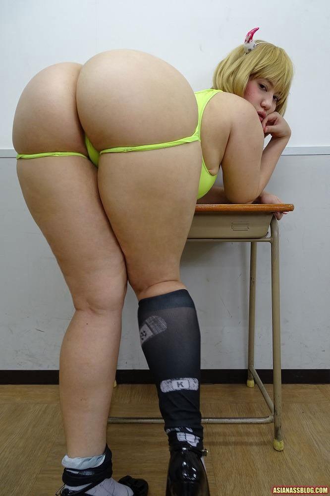 Сексуальная японка прогнула спинку, чтобы показать крупную жопу