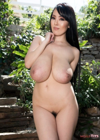 Сексуальная японская модель Hitomi Tanaka вышла в сад показать огромные дойки
