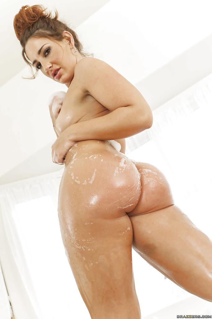 Развратная сучка с большой жопой принимает пенную ванну