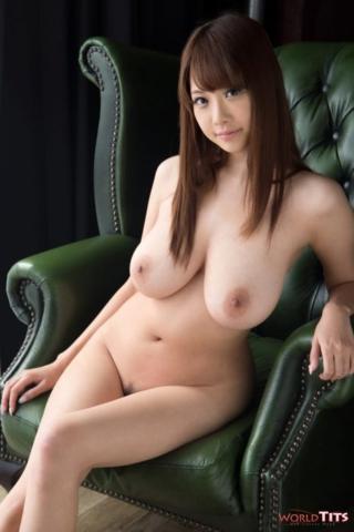 Голая японка показала большие сиськи на кресле