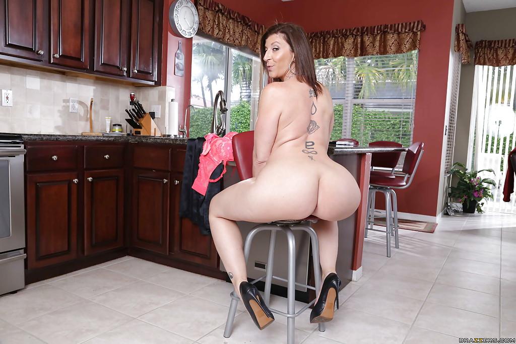 Sara Jay пришла на кухню, чтобы покрутить голой жопой