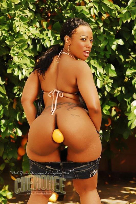 Cherokee D ass засунула между больших ягодиц лимон