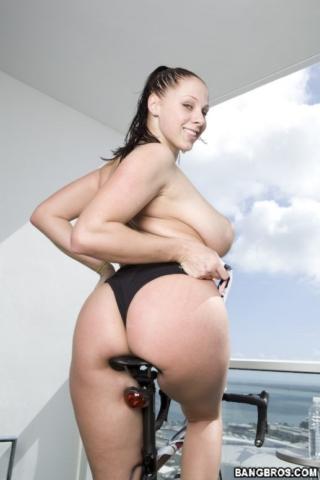 Большую жопу Gianna Michaels сфотографировали, когда она занималась на велотренажере