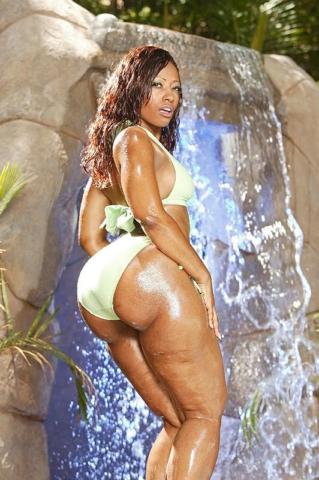 Cherokee D ass показала задницу возле водопада