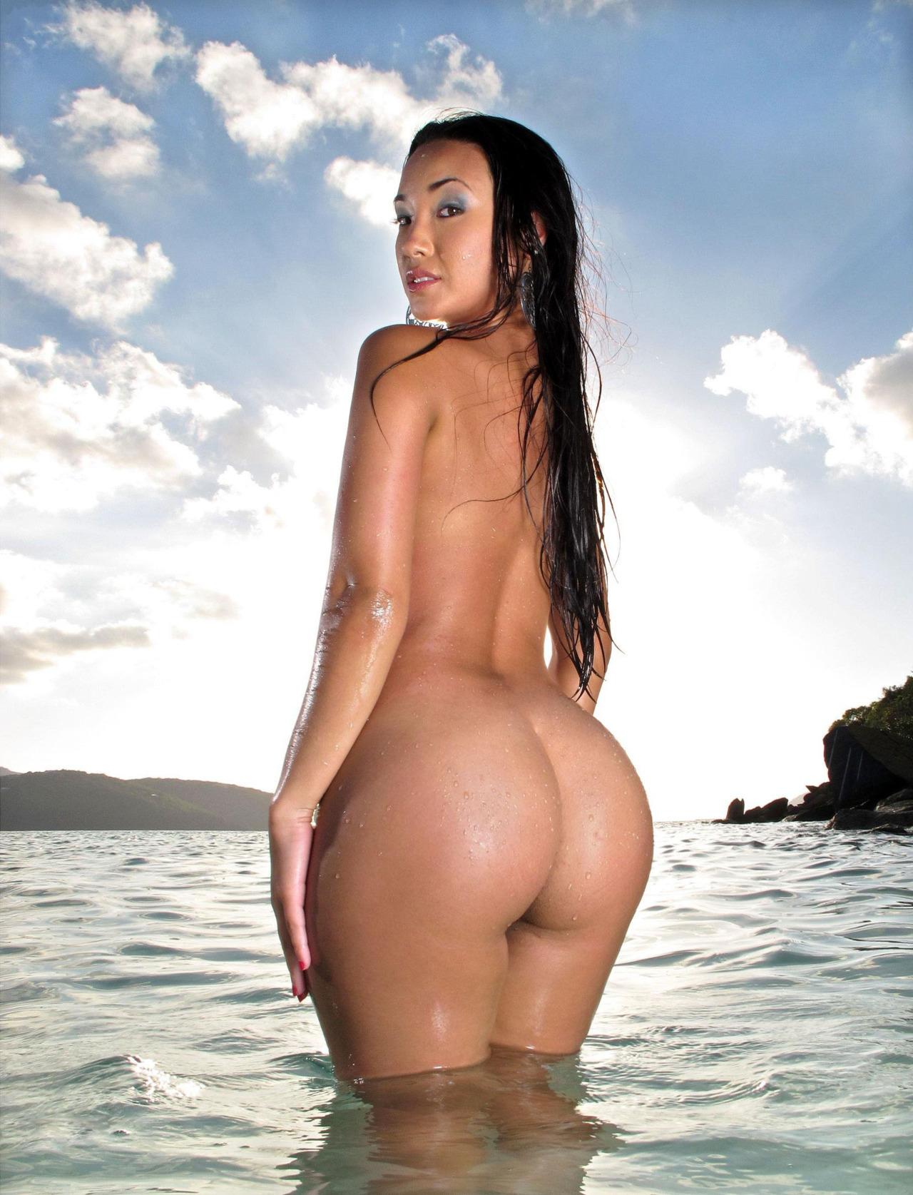 Сексуальная японка залезла в море, чтобы показать большую жопу