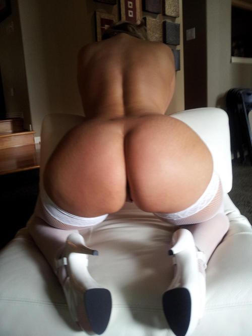 Сексуальная девушка с большой попкой стоит раком