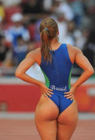 Удачное фото спортсменки с большой попкой перед пробежкой
