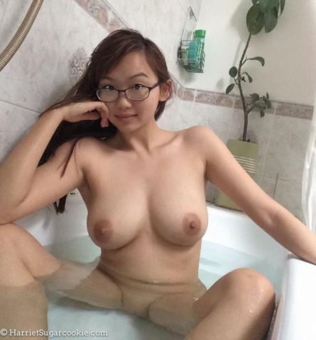 Сексуальная японка с большой грудью принимает ванную