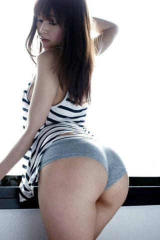 Трусики плотно сидят на большой попке сексуальной японки