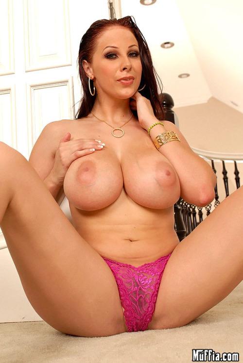Розовые трусики придают пикантности в образ грудастой Gianna Michaels