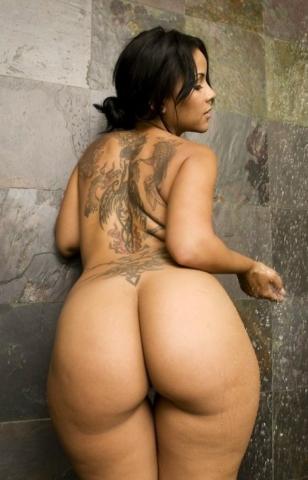 Татуированная латиноамериканка с большой попкой в душе