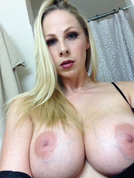 Gianna Michaels перекрасилась в блондинку и заодно сфотографировала сиськи