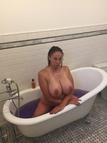 Сексапильная Gianna Michaels засветила в ванной большие сиськи