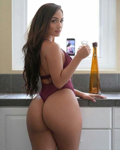 Девчушка с тонкой талией и огромной попкой пьет ликер