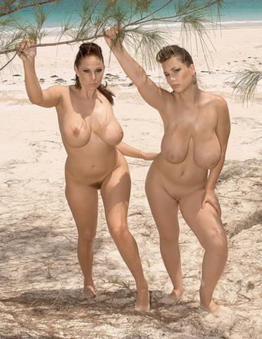 Gianna Michaels сфотографировалась с сисястой подругой на берегу моря