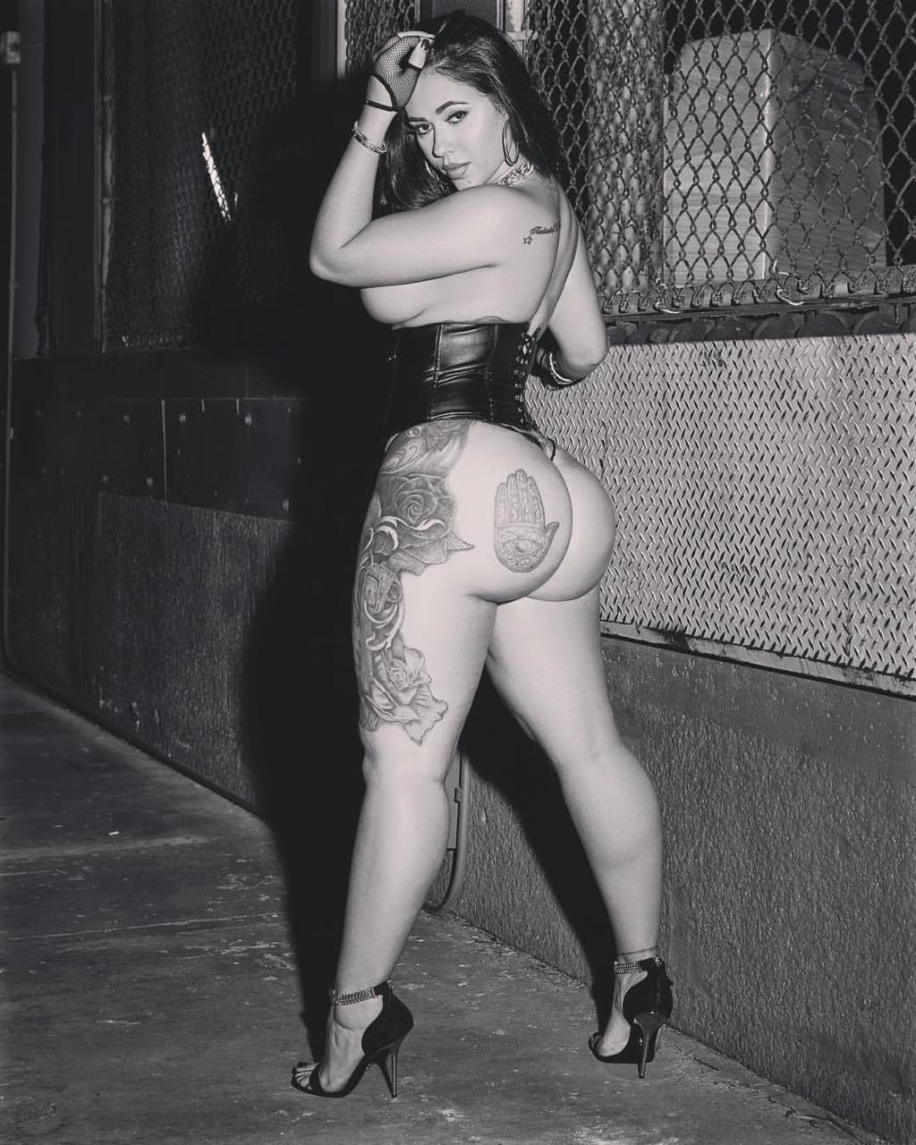 Черно белый снимок элегантной сучки с большой попкой
