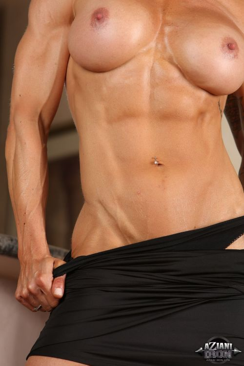 Великолепное обнаженное тело мускулистой спортсменки