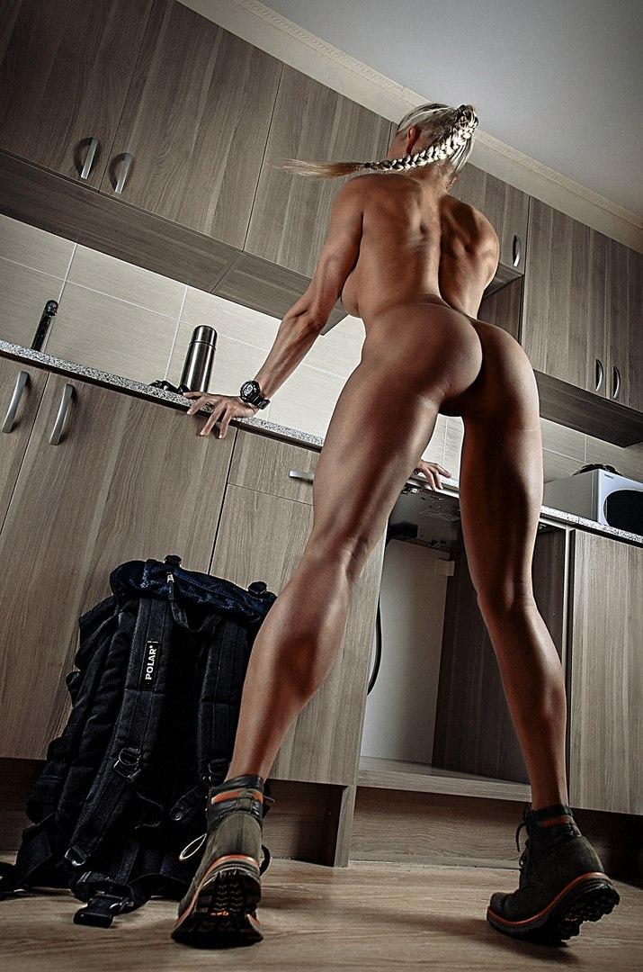 Мускулистая блондинка разделась на кухне, чтобы приготовить завтрак
