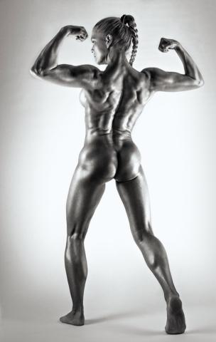Черно-белый снимок с голой мускулистой девушкой