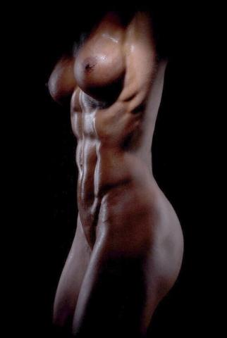 Голая девушка с потрясающим мускулистым телом
