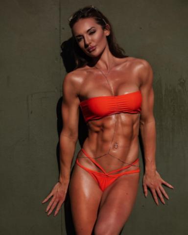 Молодая девица показала мускулистое тело в красивом купальнике